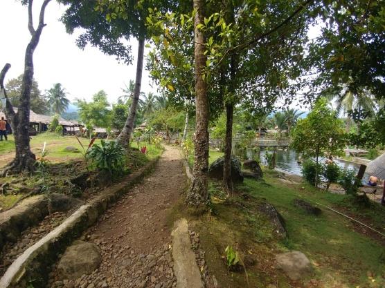 Jalan menuju kolam